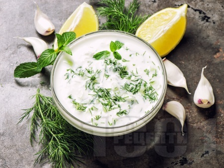 Лятна разядка с кисело мляко, козе сирене и чесън - снимка на рецептата